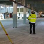 Kontrollmätning av ett befintligt golv vid en ombyggnad av en skola.